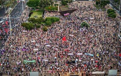 Des milliers d'Israéliens lors d'une manifestation contre le plan d'annexion de la Cisjordanie du Premier ministre Benjamin Netanyahu, place Rabin à Tel Aviv, le 6 juin 2020 (Crédit :  Avshalom Sassoni/Flash90)