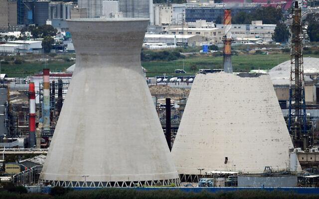 Une vue de l'une des tours de refroidissement de la raffinerie pétrolière de Haïfa quelques heures après l'effondrement de l'une d'elle, le 12 juin 2020 (Crédit : Meir Vaknin/Flash90)