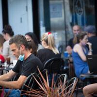 Des Israéliens dans un café de Tel Aviv, le 16 juin 2020. (Miriam Alster/Flash90)