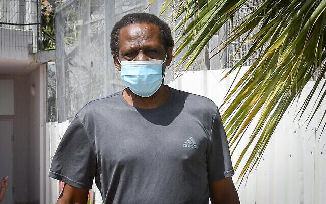 Suleiman al-Abeid, condamné pour le meurtre et le viol de Hanit Kikos en 1993, quitte la prison Maasiyahu après avoir purgé sa peine, le 17 juin 2020. (Crédit : Avshalom Sassoni/Flash90)