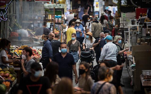 Des gens font leurs courses au marché Mahane Yehuda à Jérusalem, le 17 juin 2020. (Yonatan Sindel/Flash90)
