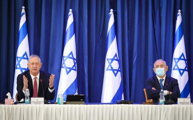 Benjamin Netanyahu, (à droite), et le ministre de la Défense Benny Gantz lors de la réunion hebdomadaire du cabinet à Jérusalem, le 21 juin 2020. (Marc Israel Sellem/POOL)