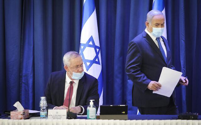 Le Premier ministre Benjamin Netanyahu (à droite) et le ministre de la Défense Benny Gantz assistent à la réunion hebdomadaire du cabinet au ministère des Affaires étrangères à Jérusalem, le 21 juin 2020. (Crédit : Marc Israel Sellem/Pool/Flash90)
