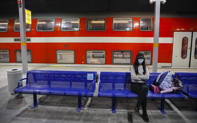 Les passagers portent des masques à la gare Yitzhak Navon à Jérusalem, le 22 juin 2020 (Crédit : Olivier Fitoussi/Flash90)