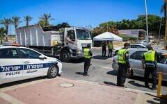 Des agents de police à l'entrée de la ville d'Elad sous cordon sanitaire, le 24 juin 2020. (Crédit : Flash90)