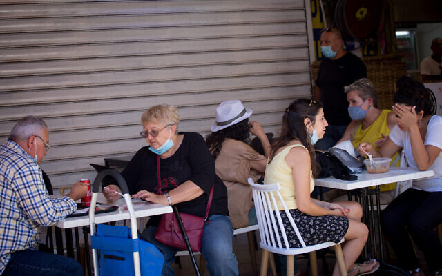 Des Israéliens, dont certains portent des masques de protection, à Tel Aviv le 24 juin 2020. (Miriam Alster/Flash90)
