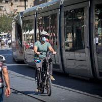 Un passant portant un masque dans la rue Jaffa dans le centre-ville de Jérusalem, le 24 juin 2020. (Crédit : Yonatan Sindel / Flash90)