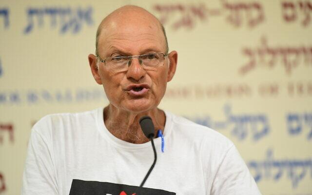 Le militant israélien et ancien général de l'armée de l'air Amir Haskel tient une conférence de presse à Tel Aviv, le 28 juin 2020. (Avshalom Sassoni/Flash90)