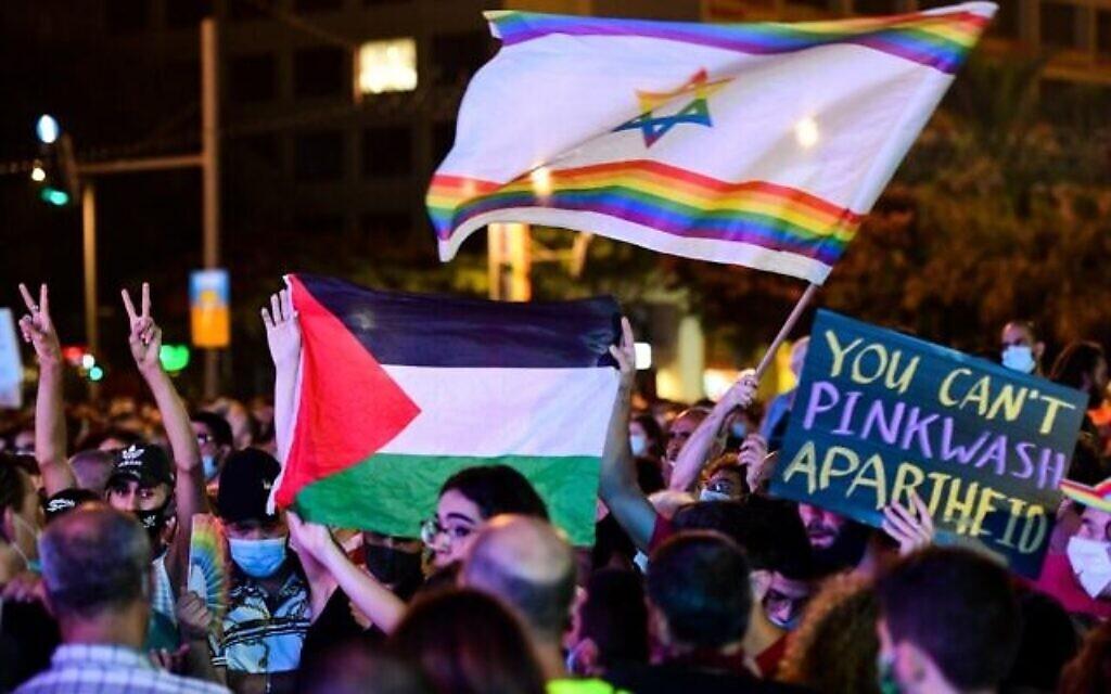 Des Israéliens, dont des participants brandissant un drapeau palestinien, participent à un rassemblement pour les droits LGBT à Tel Aviv, le 28 juin 2020. (Crédit : Avshalom Sassoni/Flash90)