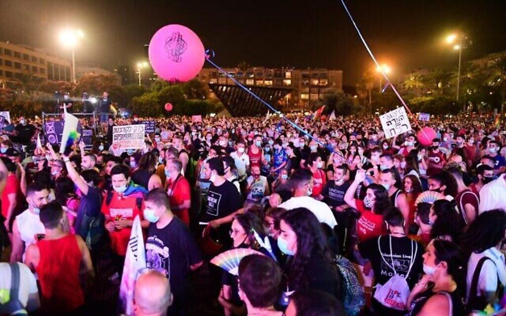 Des Israéliens participent à une manifestation pour les droits des LGBT à Tel Aviv, le 28 juin 2020. (Crédit : Avshalom Sassoni/Flash90)