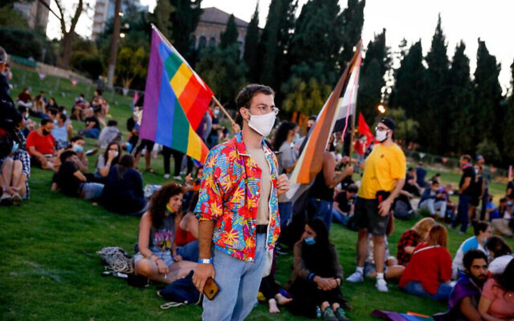 Des Israéliens participent à un rassemblement pour marquer la gay pride, annulée en raison du coronavirus, au parc de l'Indépendance Park à Jérusalem, le 28 juin 2020. (Crédit : Olivier Fitoussi/Flash90)