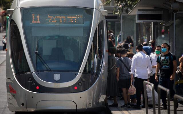 Des Israéliens portant des masques faciaux sont vus dans la rue Jaffa à Jérusalem, le 28 juin 2020. (Yonatan Sindel/Flash90)