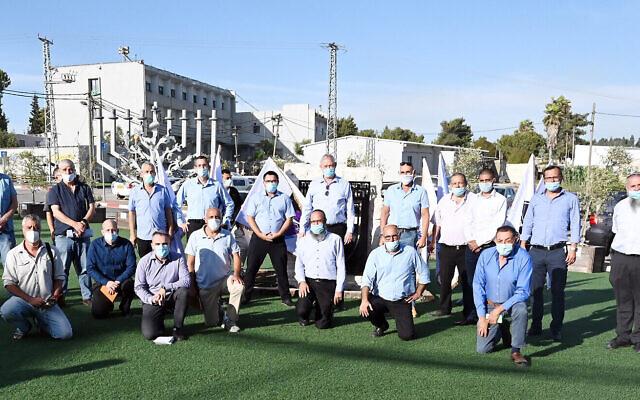 Le ministre de la Défense Benny Gantz (au milieu) pose avec les chefs d'implantation au siège de la division Judée-Samarie de l'armée israélienne dans l'implantation de Beit El, le 9 juin 2020 (Crédit : Ariel Hermoni/ministère de la Défense)