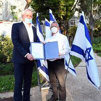 Le ministre de la Défense Benny Gantz, accueille le Maj. Gén. (res.) Amir Eshel pour son entrée en fonction au poste de directeur général du ministère de la Défense au siège à Tel Aviv, le 31 mai 2020. (Crédit : Ariel Hermoni/Defense Ministry)