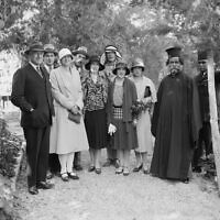Le haut commissaire britannique John Chancellor, (à l'extrême gauche), avec la princesse Illeana de Roumanie et d'autres personnalités dans son jardin, vers 1930. (Domaine public)