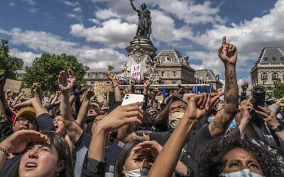 Des manifestants place de la République, à Paris, lors d'une manifestation le 13 juin 2020 lors de laquelle certains participants ont scandé des propos antisémites. (Crédit : Véronique de Viguerie / Getty Images / via JTA)