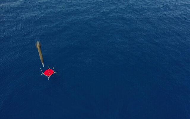 Un missile balistique LORA, produit par la société de défense Israel Aerospace Industries, frappe une cible en mer lors d'un test. (Crédit : Israel Aerospace Industries)