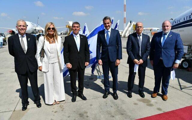Le ministre des Affaires étrangères Gabi Ashkenazi (3g) salue une délégation grecque conduite par le Premier ministre Kyriakos Mitsotakis (3d) à l'aéroport Ben Gourion, le 16 juin 2020. (Crédit : Shlomi Amsalem / ministère des Affaires étrangères)