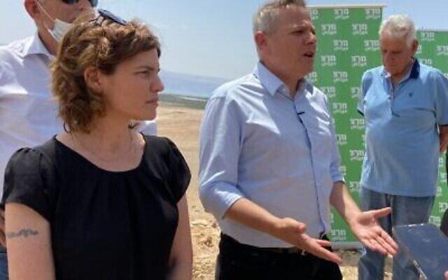 Le président du Meretz, Nitzan Horowitz (au centre) et la députée Tamar Zandberg (à gauche) à un point de vue panoramique surplombant Jéricho en Cisjordanie, le 4 juin 2020. (Jacob Magid/Times d'Israël)