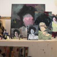 """Des portraits réalisés par Iddo Markus, présentés dans l'exposition """"Portrait Time II"""" au Musée d'art contemporain de Herzliya, qui a rouvert le 18 mai 2020 (Autorisation : musée de Herzliya)"""