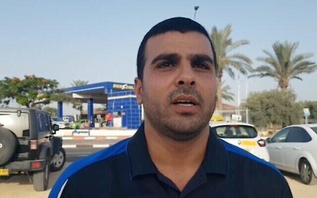 Capture écran d'une vidéo d'un chauffeur de taxi arabe israélien, Ismail Basis, qui affirme avoir été agressé par deux hommes de Bnei Brak en raison de ses origines. (Ynet)