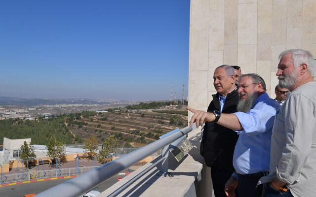 Le Premier ministre Benjamin Netanyahu (à gauche) visite le bloc d'implantation d'Etzion en Cisjordanie, le 19 novembre 2019. (Kobi Gideon/GPO)