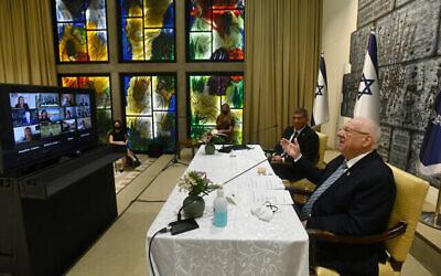 Le président Reuven Rivlin et le ministre des Affaires étrangères Gabi Ashkenazi en visioconférence avec des responsables juifs américains, à la résidence du président à Jérusalem, le 10 juin 2020. (Crédit : Haim Zach/GPO)