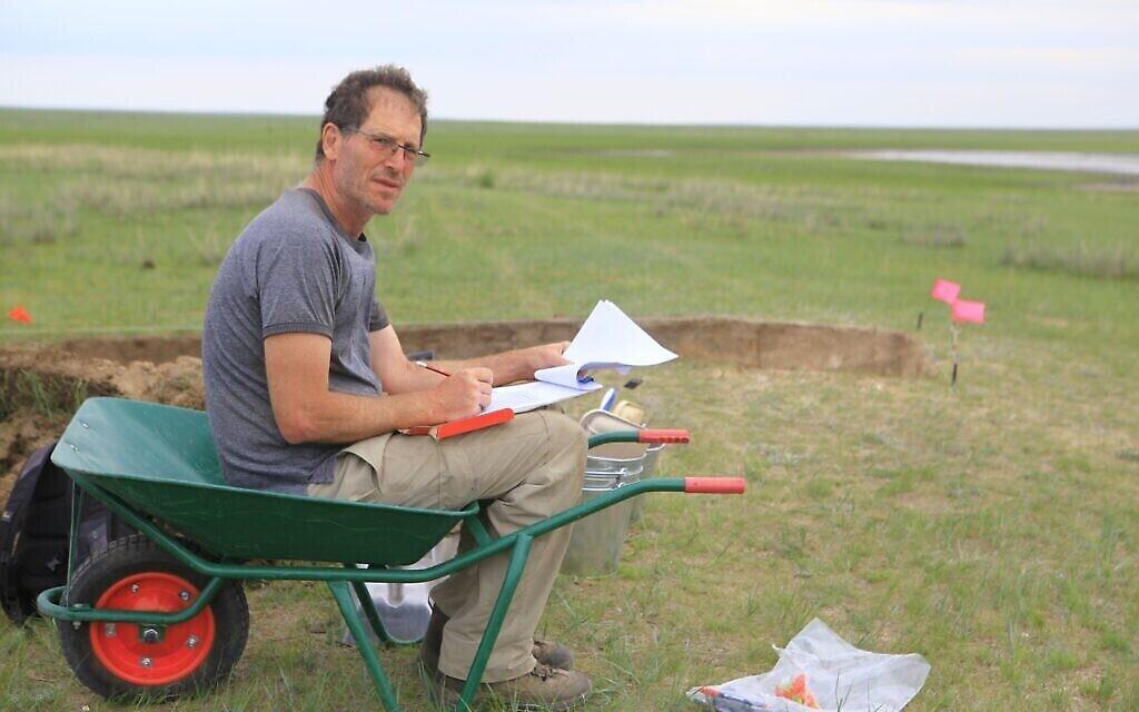 Le professeur Gideon Shelach-Lavi dans les steppes de Mongolie (Autorisation : Université hébraïque)