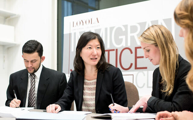 La professeure Kathleen Kim Meers (au centre) avec des étudiants inscrits à la Loyola Immigrant Justice Clinic. (Autorisation)