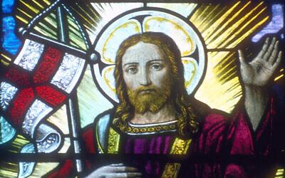 Jésus-Christ soutenant un drapeau anglais et un bâton dans le creux de son bras droit, représenté dans un vitrail de la cathédrale de Rochester, dans le Kent. (Wikimedia commons/CC BY-SA 3.0/Dlloyd)