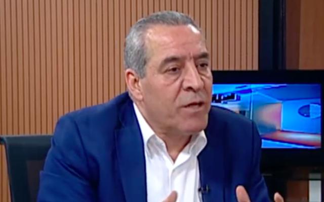 Hussein al-Sheikh, un proche confident du président de l'Autorité palestinienne Mahmoud Abbas, s'exprimant sur Palestine TV, la chaîne officielle de l'AP. (Capture d'écran Palestine TV)