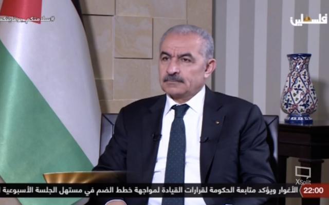 Le Premier ministre de l'Autorité palestinienne Mohammad Shtayyeh est interviewé sur Palestine TV, le 8 juin 2020. (Capture d'écran de Palestine TV)
