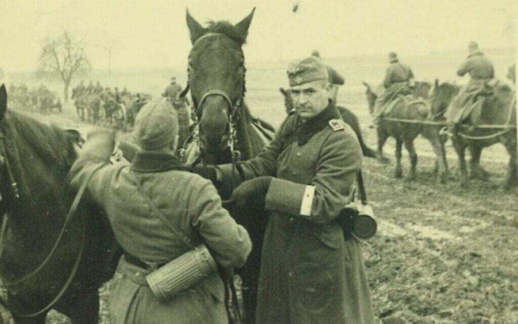 Robert Griesinger (à droite) en uniforme de la Wehrmacht avec un des chevaux de la 25e Division d'infanterie vers 1939. (Avec l'aimable autorisation de Jutta Mangold)