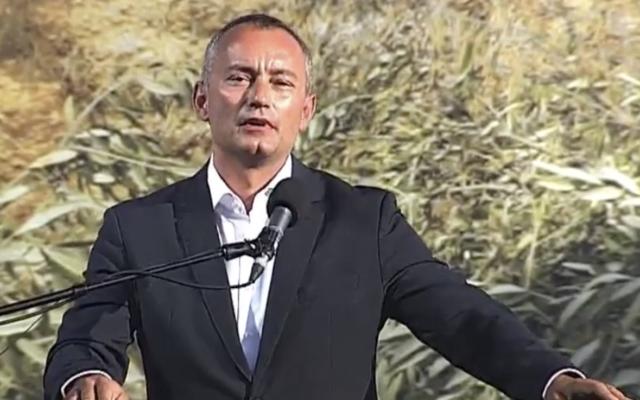 L'envoyé spécial des Nations unies, Nikolay Mladenov, prend la parole lors d'une manifestation contre l'annexion organisée par le Fatah dans la vallée du Jourdain, le lundi 22 juin 2020. (Capture d'écran/Palestine TV)