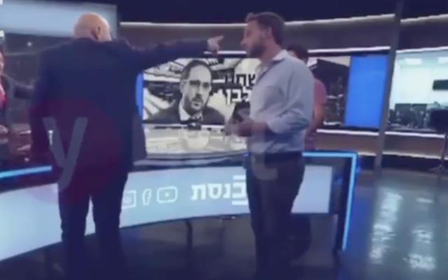 Capture d'écran d'une vidéo du député Ofer Shelah, de Yesh Atid-Telem, à gauche, dos à la caméra, lors d'une altercation alors qu'il donnait une interview à la chaîne de la Knesset, en mai 2020. (Ynet)