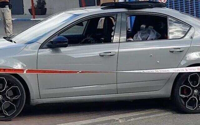 Capture écran d'une vidéo de la voiture où trois hommes ont été la cible d'une fusillade, mortelle pour l'un d'eux, dans la ville arabe israélienne de Baqa al-Gharbiya, le 23 juin 2020. (Crédit : Ynet)