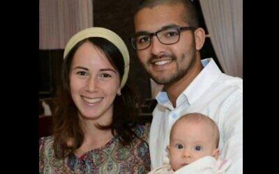 Tuvia Yanai Weissman avec sa femme Yael et sa fille de quatre mois. Weissman a été poignardé à mort par des terroristes palestiniens dans un supermarché de Cisjordanie le 18 février 2016. (Facebook)