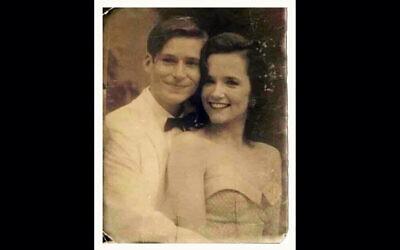 """Une photo truquée des acteurs hollywoodiens Crispin Glover et Lea Thompson du film """"Retour vers le futur"""", qu'un plaisantin sur Facebook a présenté comme un couple non identifié des années 1950 à Tel Aviv. (Autorisation : Ariel Plavnik via JTA)"""