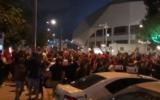Des centaines de supporters du club de football de l'Hapoel Tel Aviv célèbrent une victoire devant le stade Bloomfield de la ville, le 2 juin 2020, sans respecter les règles de distanciation physique. (Capture écran : Twitter)