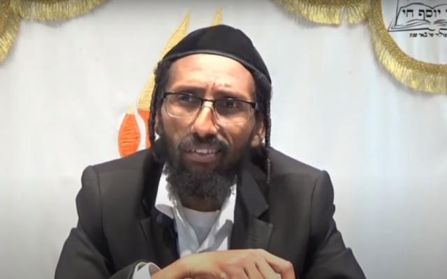 Le député du Shas Rabbi Baruch Gazahay lors d'un cours en 2016. (Capture écran/YouTube)