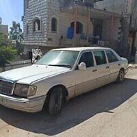 Une limousine palestinienne dont les pneus ont été crevés à Kafr Qaddum au cours d'une manifestation violente dans le nord de la Cisjordanie, le 30 mai 2020 (Crédit : BTselem)