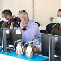 Le ministre de la Défense Benny Gantz, observe la frontière nord avec le chef d'état-major de l'armée Aviv Kohavi, droite, dans le nord d'Israël, le 2 juin, 2020. (Crédit : armée israélienne)