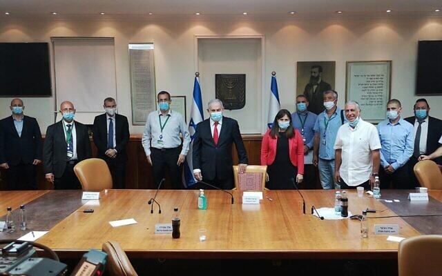 Le premier ministre Benjamin Netanyahu (5e à partir de la gauche) et la ministre des Implantations Tzipi Hotovely (6e à partir de la gauche) rencontrent les dirigeants des implantations dans le bureau du Premier ministre, le 7 juin 2020. (Autorisation)