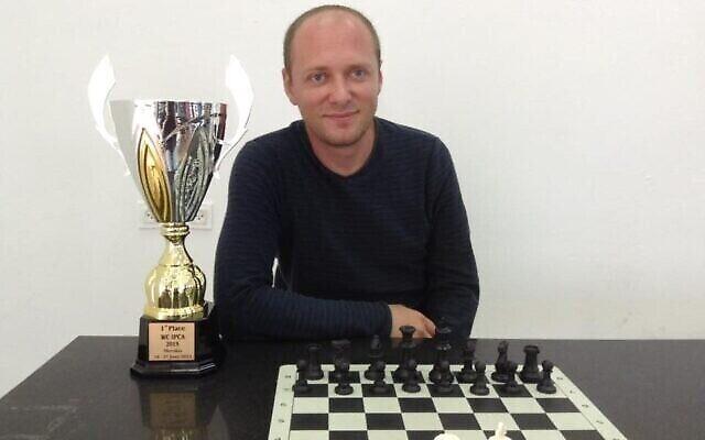 Andrei Gurbanov, un joueur d'échecs de Haïfa qui a fini deuxième du tournoi international d'échecs pour personnes handicapées organisé en ligne en raison du coronavirus, en mai 2020. (Autorisation : Lior Aizenberg)