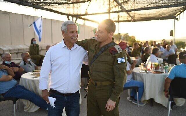 Le responsable du commandement nord de Tsahal Amir Baram (à droite) et l'ancien commandant adjoint de l'Unité de liaison avec le Liban, Shaul Kamisa Raz participent à une cérémonie marquant la coopération entrée Tsahal et l'ALS lors de l'occupation du pays par Israël pendant 18 ans, le 9 juin 2020. (Crédit : armée israélienne)
