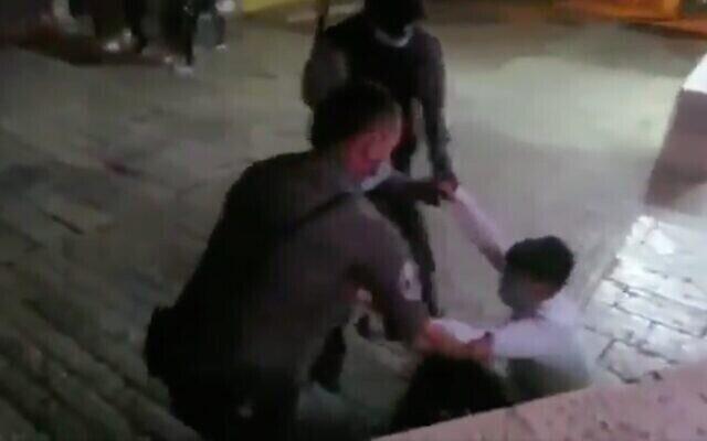 Capture d'écran d'une vidéo montrant l'interpellation de Yedidya Epstein pendant des heurts dans la Vieille ville de Jérusalem, le 25 juin 2020. (Twitter)