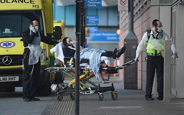 De bénévoles du service ambulancier Hatzola, portant des gants et des masques pour se protéger contre le Royal London Hospital à Londres le 29 mars 2020 (Daniel Leal-Olivas/AFP)