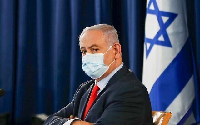 Le Premier ministre israélien Benjamin Netanyahu, portant un masque de protection, préside la réunion hebdomadaire du cabinet à Jérusalem, le 31 mai 2020. (Photo par RONEN ZVULUN / POOL / AFP)