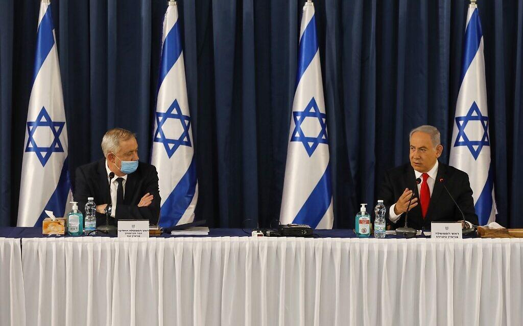 Le Premier ministre  Benjamin Netanyahu (Droite) et le ministre de la Défense Benny Gantz participent à la réunion hebdomadaire du cabinet à Jérusalem le 7 juin 2020. (Photo par MENAHEM KAHANA / AFP)