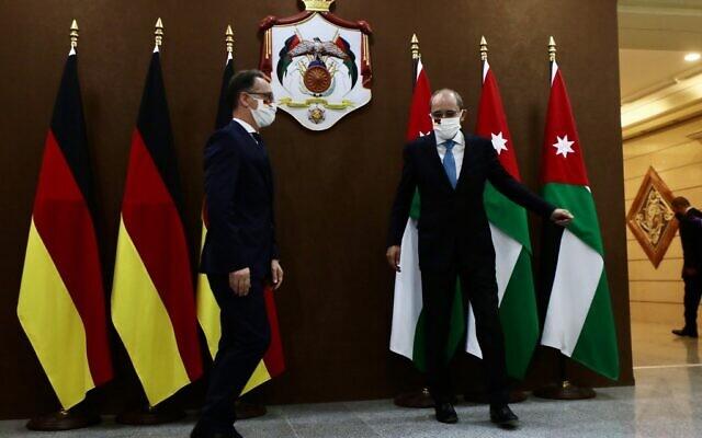 Le ministre allemand des Affaires étrangères Heiko Maas (gauche) est reçu par son homologue jordanien Ayman Safadi dans la capitale jordanienne d'Amman, le 10 juin 2020.  (Photo par Ahmad SHOURA / AFP)